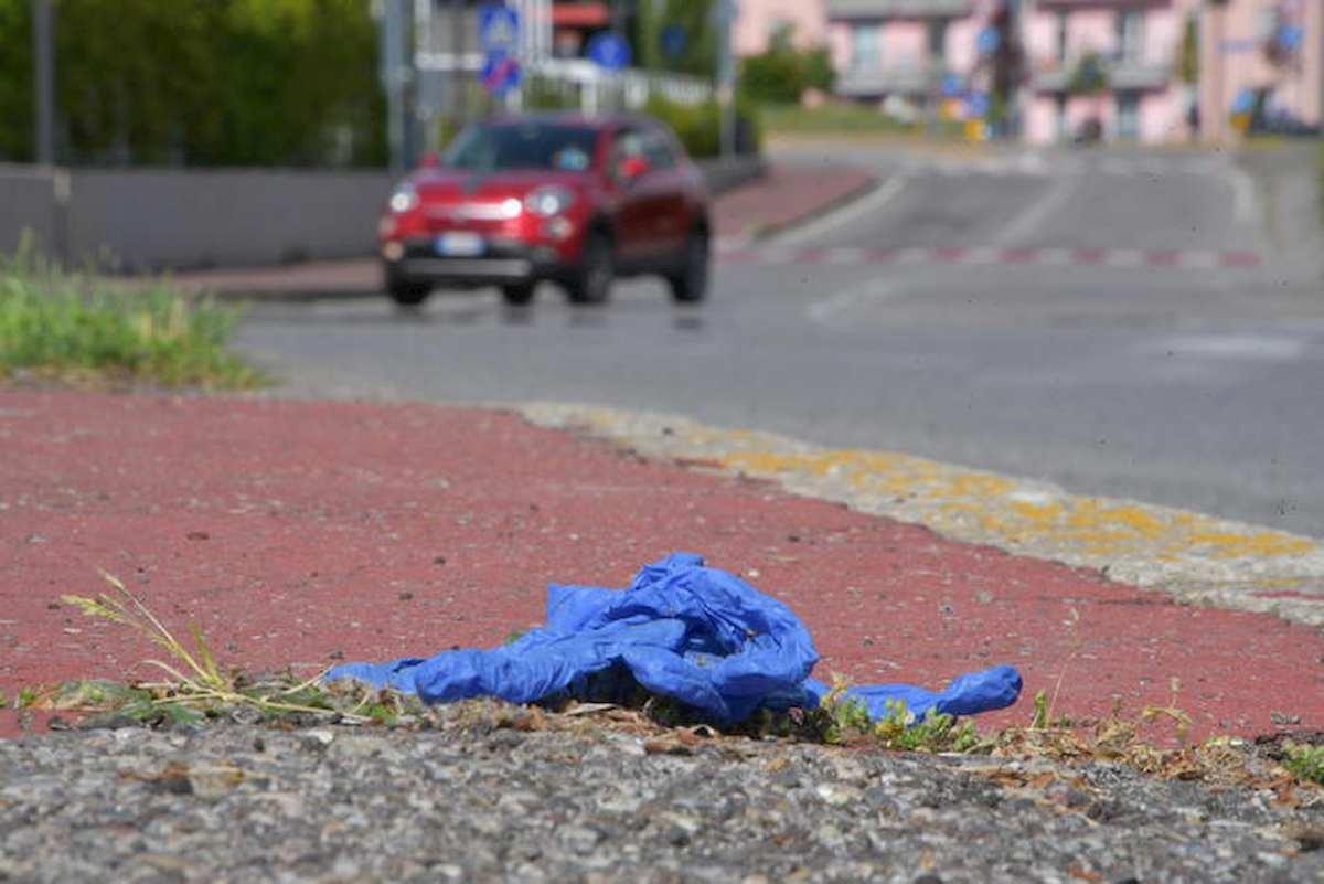 Nardò, multa di 450 euro a chi abbandona guanti e mascherine in strada