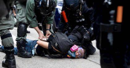 Hong Kong, scontri con la polizia e gas lacrimogeni sui manifestanti: 150 arresti