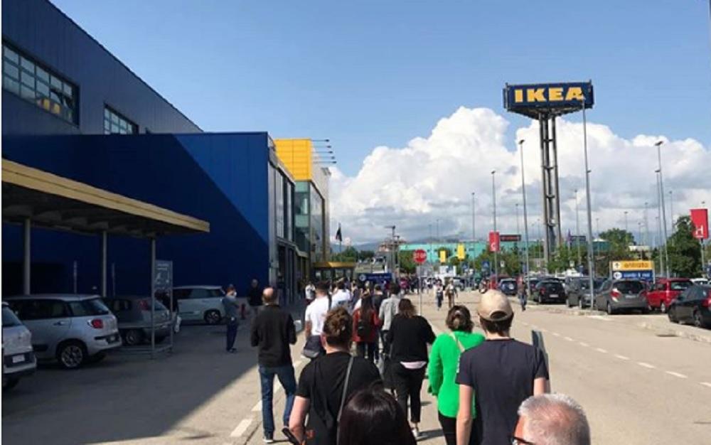 Ikea riapre. Migliaia di persone in fila a Milano, Torino, Roma, Bari...