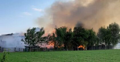 Mira, incendio in una azienda agricola: fumo visibile a km