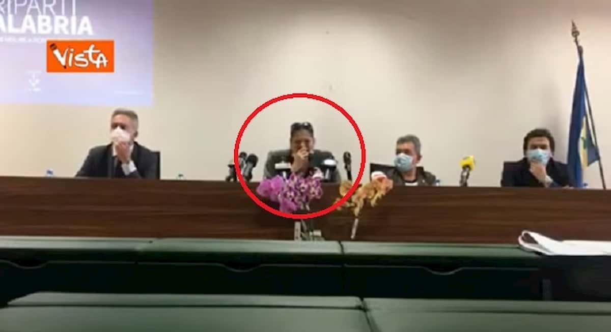 Jole Santelli tossisce sulla mano in conferenza stampa poi passa il microfono VIDEO