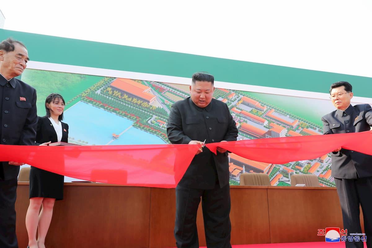Kim Jong-un ricompare in pubblico. Ma la gamba rigida e una macchia sul braccio scatenano le speculazioni
