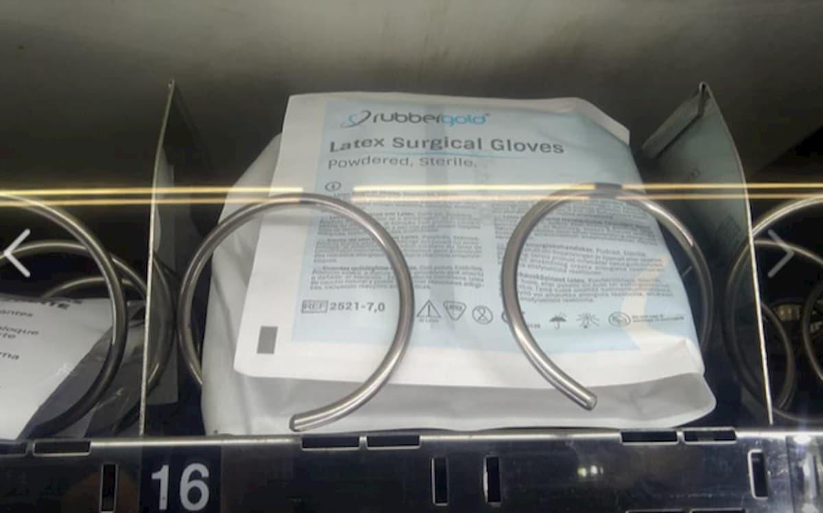 Mascherine con le patatine nei dispenser della metropolitana a Lisbona