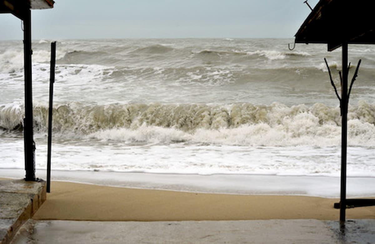 Marina di Ravenna, Marina di Ravenna, poliziotto salva una donna in balia del mare mosso