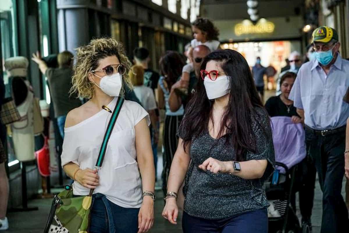 Ponte 2 giugno, allerta movida: piazze e pub a numero chiuso. Ma Veneto toglie obbligo uso mascherina per strada