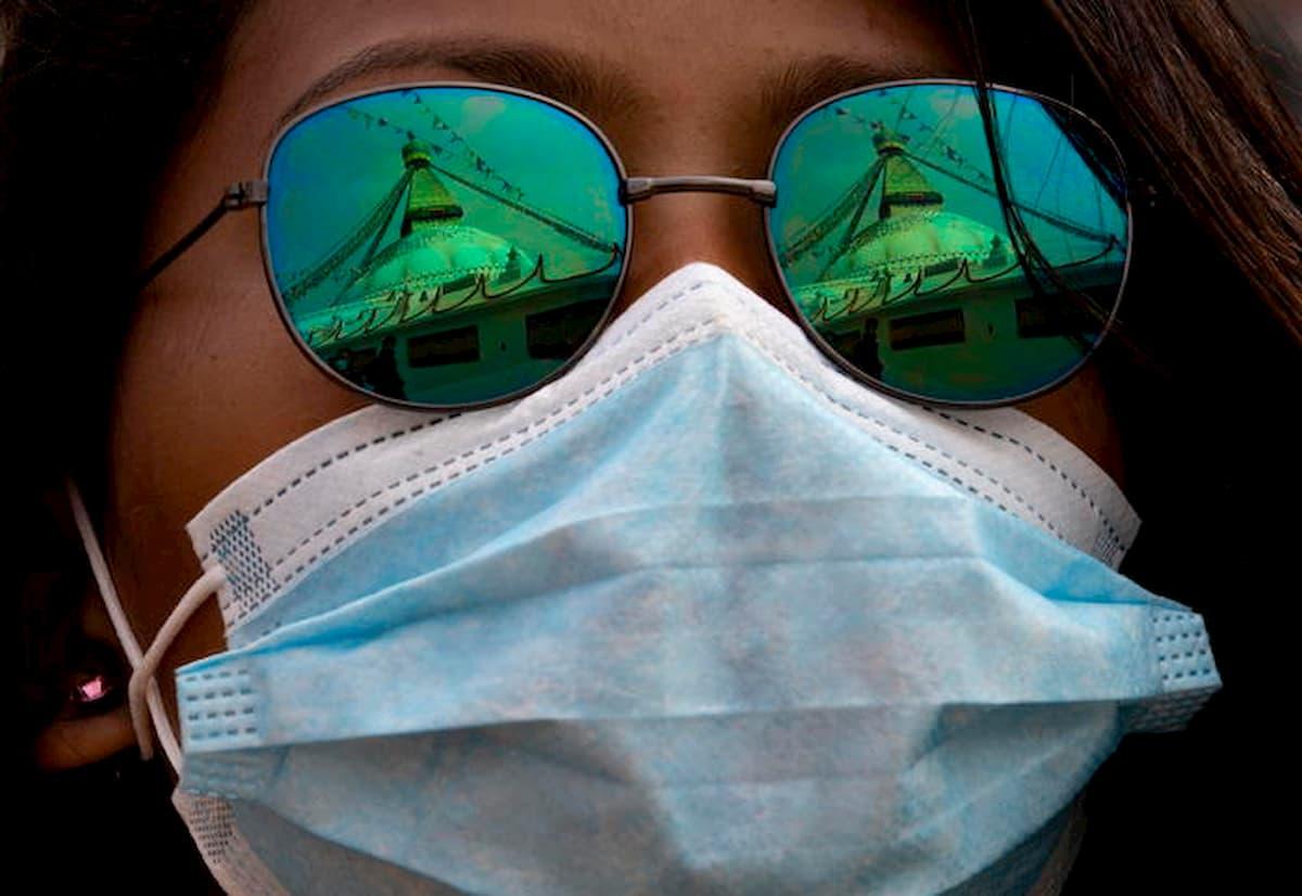 Le mascherine funzionano: dimezzano i contagi