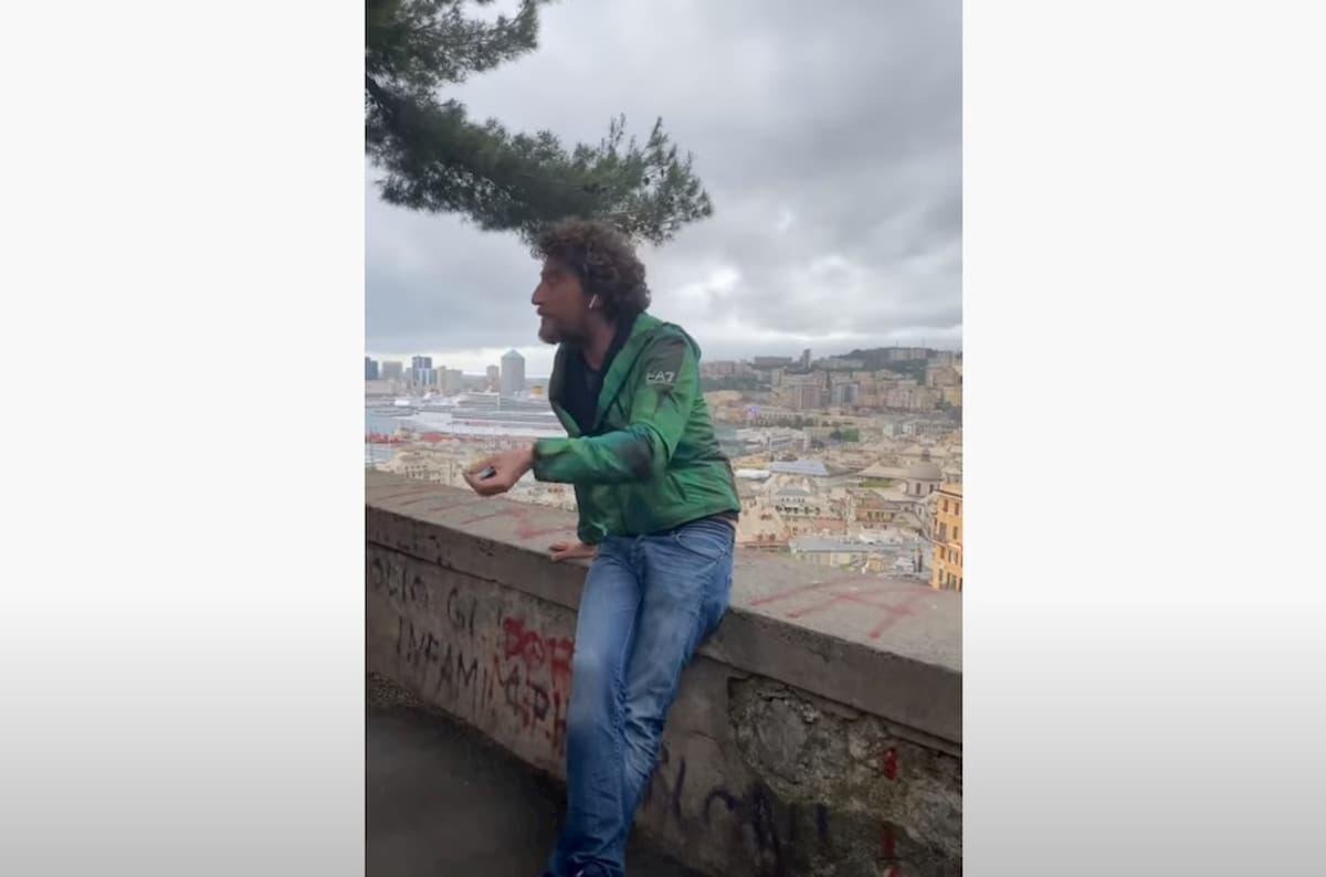 """Maurizio Lastrico interrompe lo """"show"""" in strada a Genova per il rischio assembramento VIDEO"""