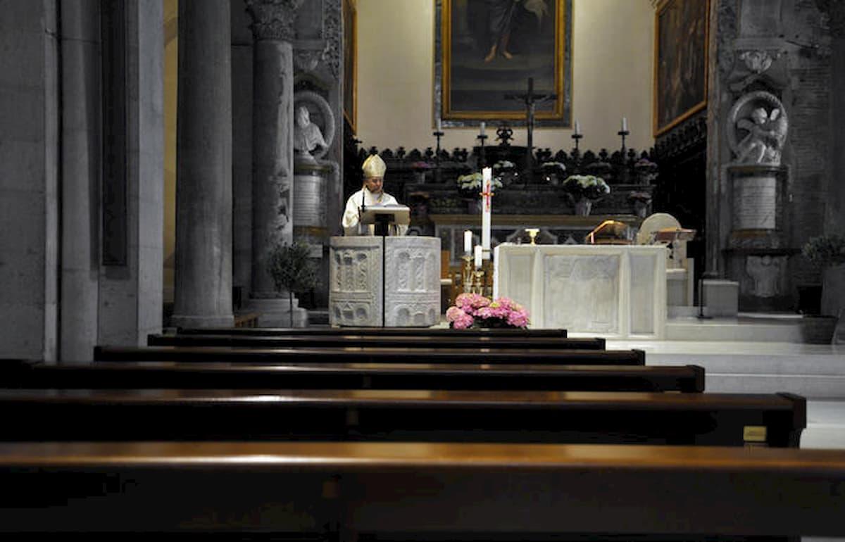 Messe aperte dal 18 maggio: mascherine e acquasantiere vuote. E pinzette per l'ostia in sicurezza