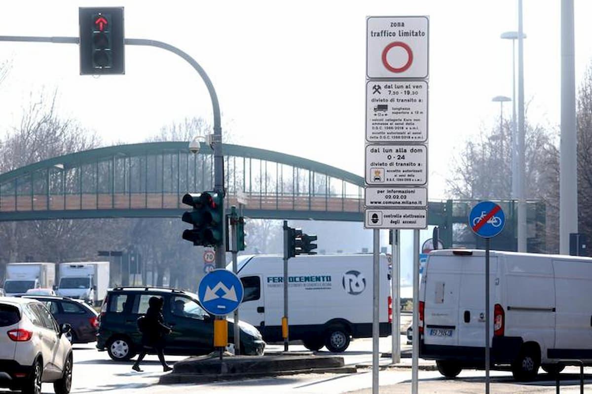 Milano. Aumenta il traffico: chi entra in città sceglie l'auto per paura. I milanesi in bici