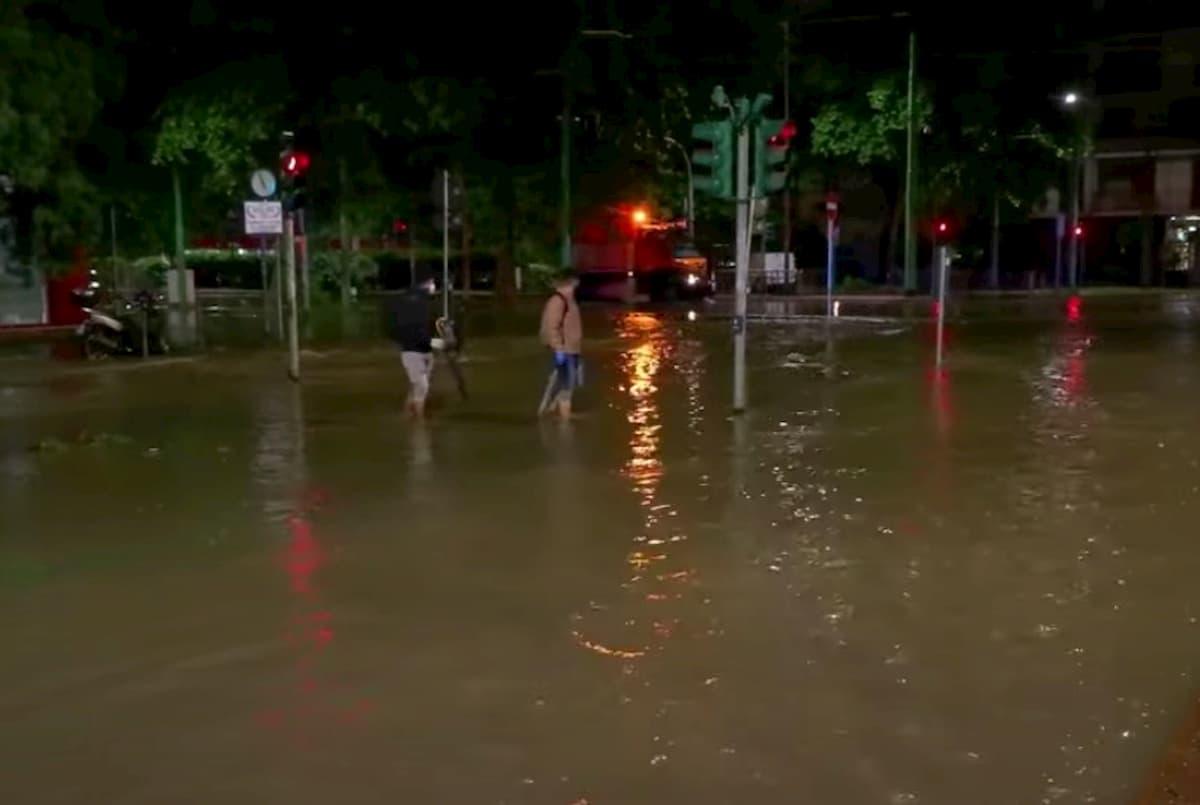 Nubifragio a Milano, a Locate Triulzi tre famiglie soccorso in gommone