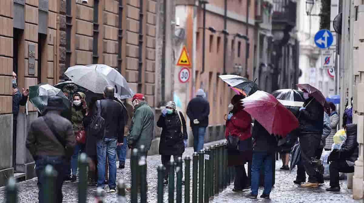 Italia in coda al Monte dei Pegni, oro e gioielli per pagare tasse e bollette, come ci hanno ridotto da Monti a Conte