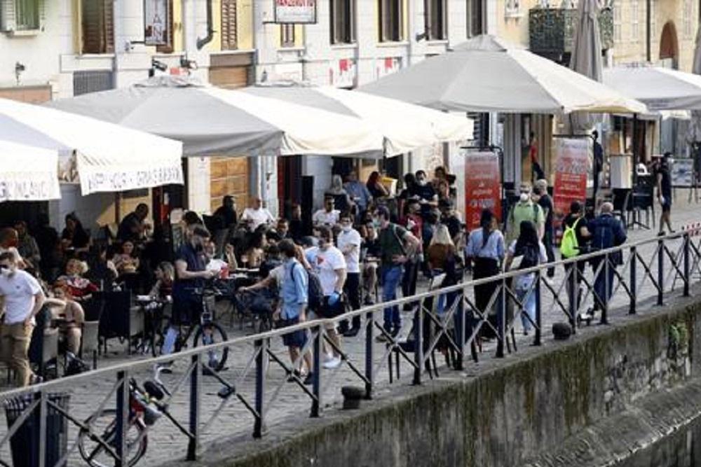 Movida, Como pensa di chiudere i locali. A Milano vietata vendita alcolici dopo le 19