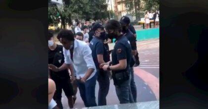 """Napoli, ragazzo di colore litiga con i poliziotti: """"Sono più napoletano di voi"""". Gli avevano chiesto il permesso di soggiorno"""