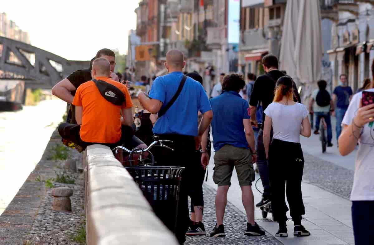 Fase 2 e folla: Navigli a Milano e Lungomare a Bari: sindaci indignati, ma chi doveva controllare?