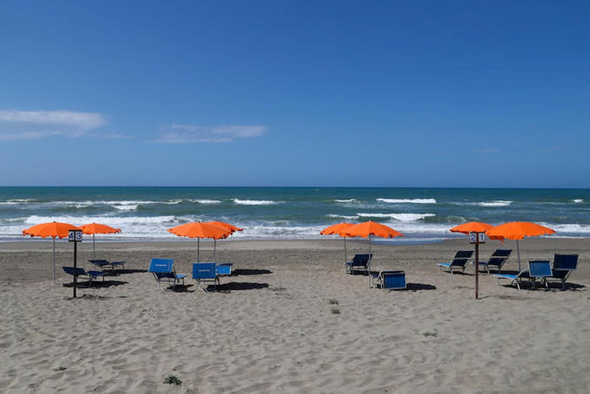 """Spiagge: ombrelloni distanti 5 metri tra un palo e l'altro. Ma poi ognun per sé, è il """"federalismo balneare"""""""