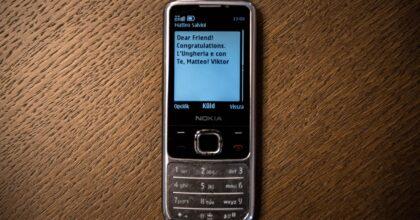 Orban manda sms a Salvini. Da questo vecchio Nokia FOTO