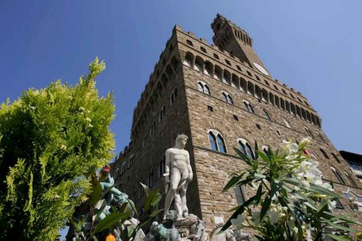 Firenze, dipendente comunale precipita da Palazzo Vecchio: è grave
