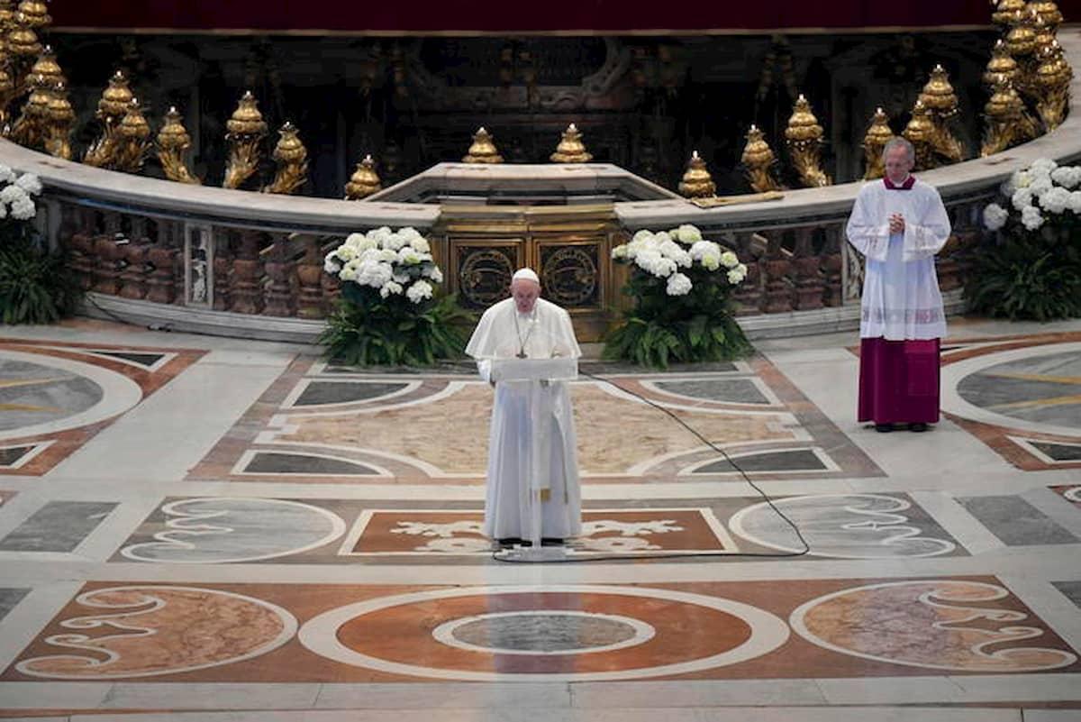 Messa a San Pietro: Papa Francesco celebra papa Woytjla, i fedeli riammessi in chiesa