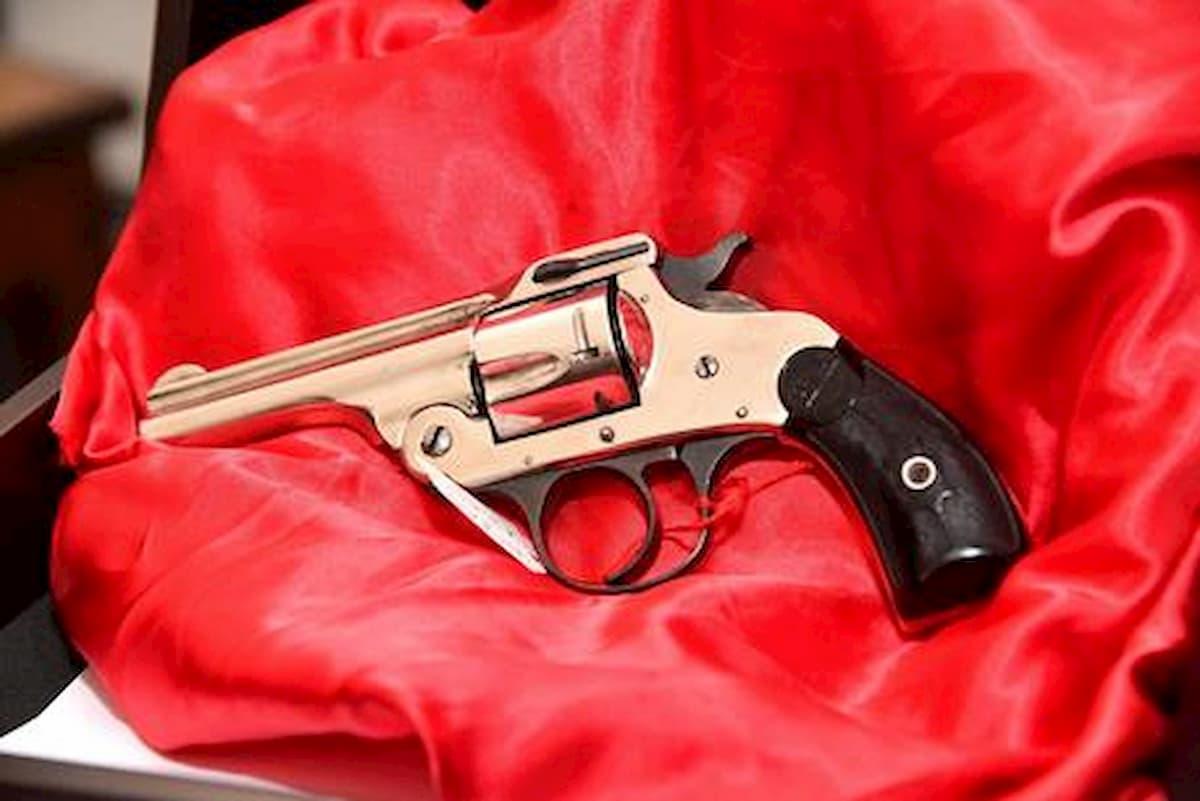 Usa, bimbo di 5 anni trova pistola in un parco giochi: spara e uccide il fratello 12enne