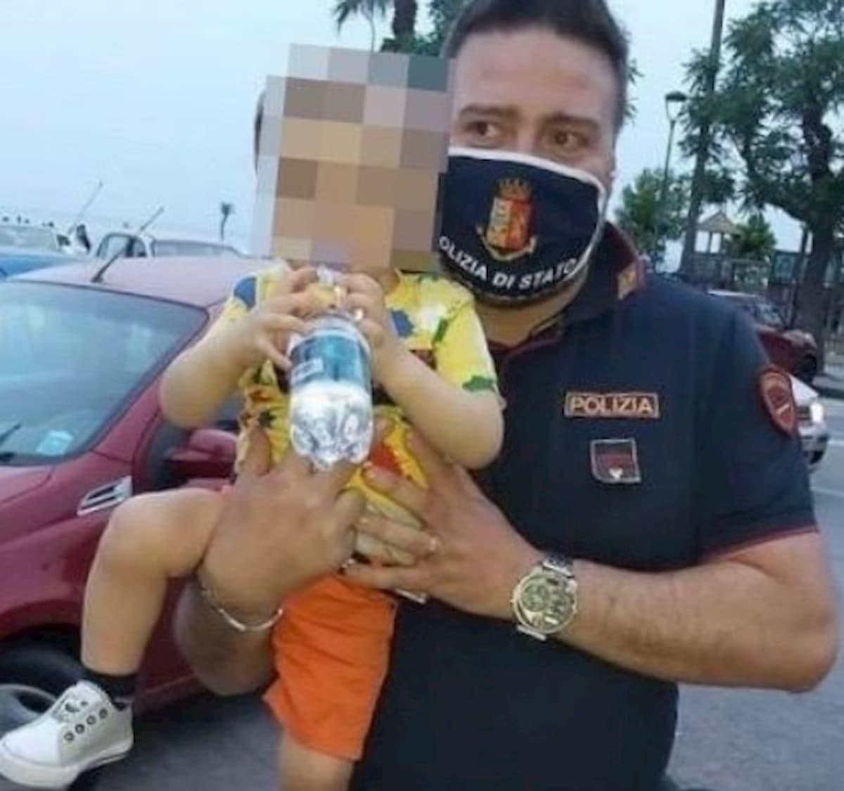 Torre Annunziata, bimbo di 2 anni salvato da poliziotti: stava soffocando con una patatina