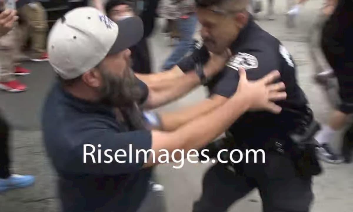 Morte George Floyd, a Los Angeles poliziotto accerchiato e picchiato da manifestanti VIDEO