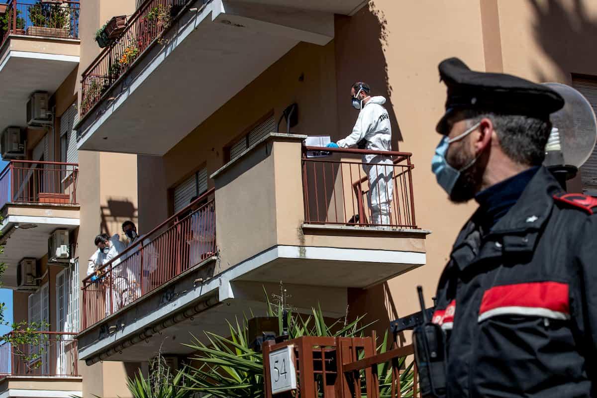 """Roma, brucia il corpo del compagno morto da un mese: """"Non sapevo cosa fare"""". Arrestata una 71enne"""
