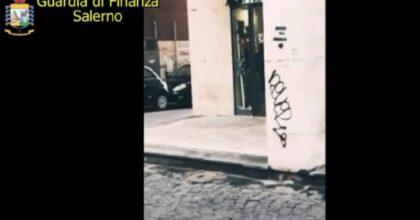 Salerno, da 7 anni ha la pensione come cieca. Sorpresa a guardare le vetrine VIDEO