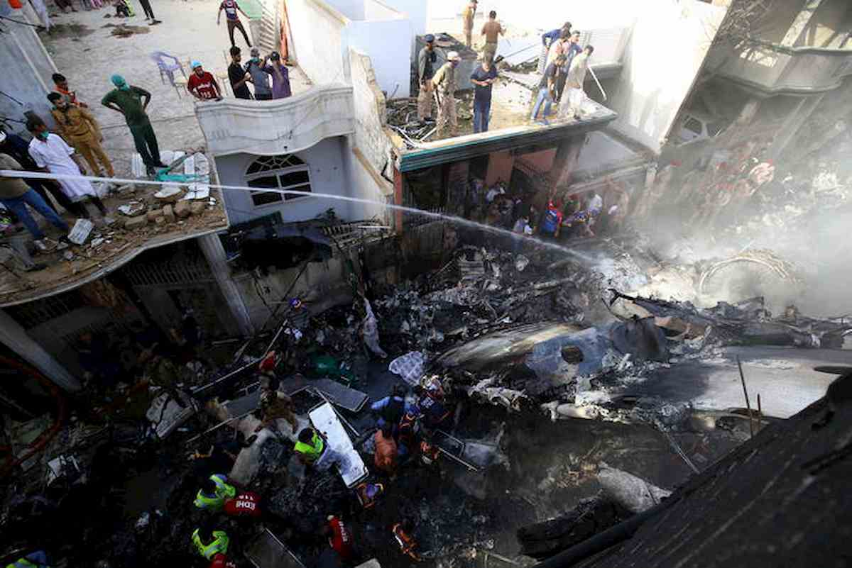 Pakistan, 97 morti nello schianto aereo di Karachi. Due sopravvissuti