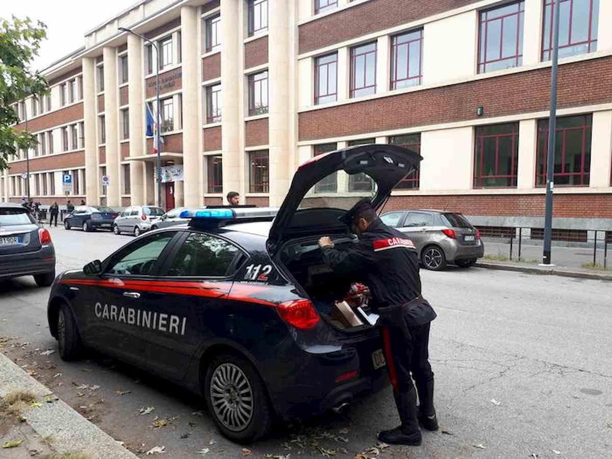 """Milano, il piccolo Leonardo precipitato dalle scale a scuola. Pm: """"Morto per negligenza"""". Maestre e bidella accusate di omicidio colposo"""
