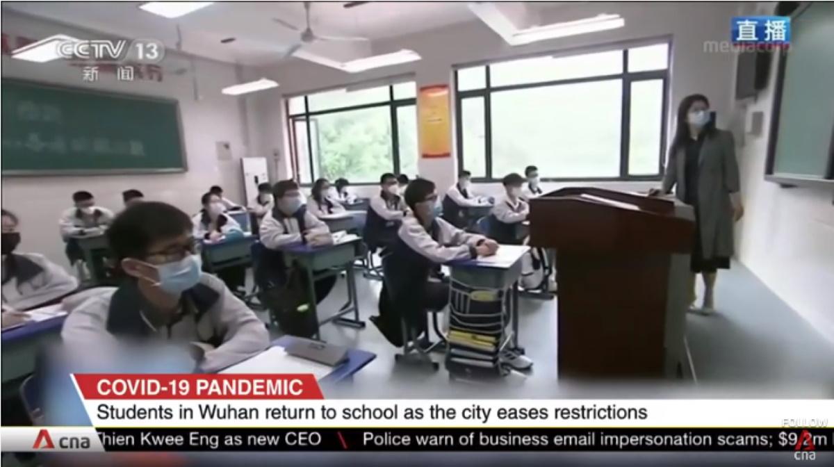 Wuhan studenti cinesi tornano a scuola tra mascherine e plexiglas