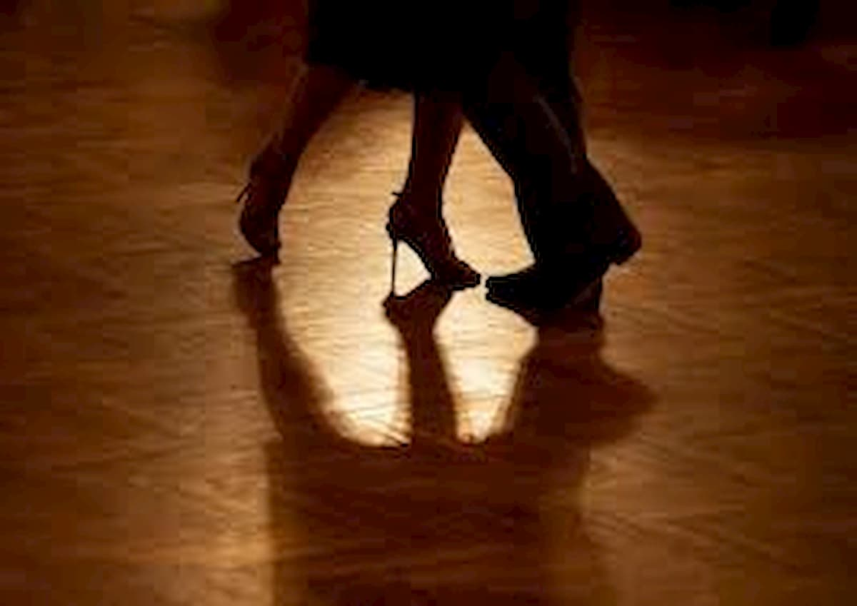 Coronavirus, bloccato a Venezia per la quarantena, ballerino argentino apre una scuola di tango
