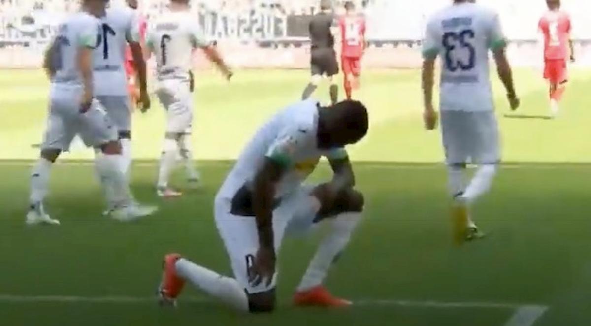 George Floyd, Marcus Thuram gli dedica il gol inginocchiandosi come Colin Kaepernick VIDEO
