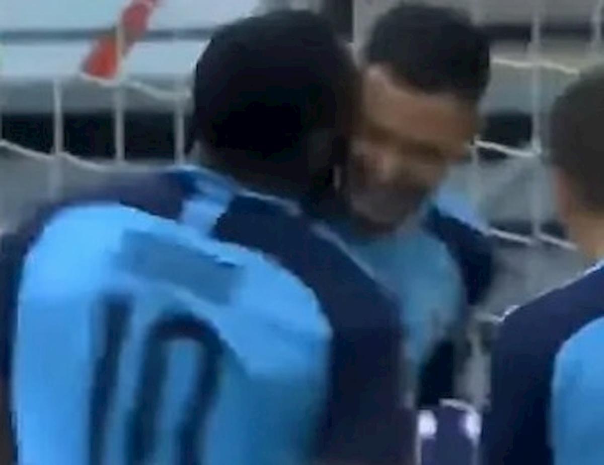 Bundesliga, c'è chi ha violato il protocollo: il bacio di Thuram al compagno di squadra