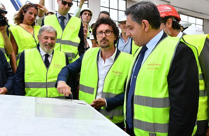 Elezioni regionali in Liguria: Toti guarda dal ponte di Piano i rivali giornalisti