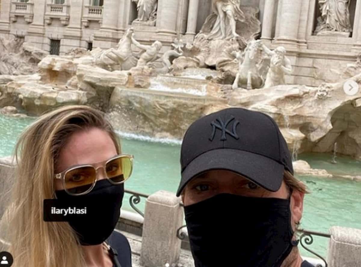 """Totti e Ilary Blasi in """"incognito"""" a spasso in centro a Roma. Nessuno li riconosce"""