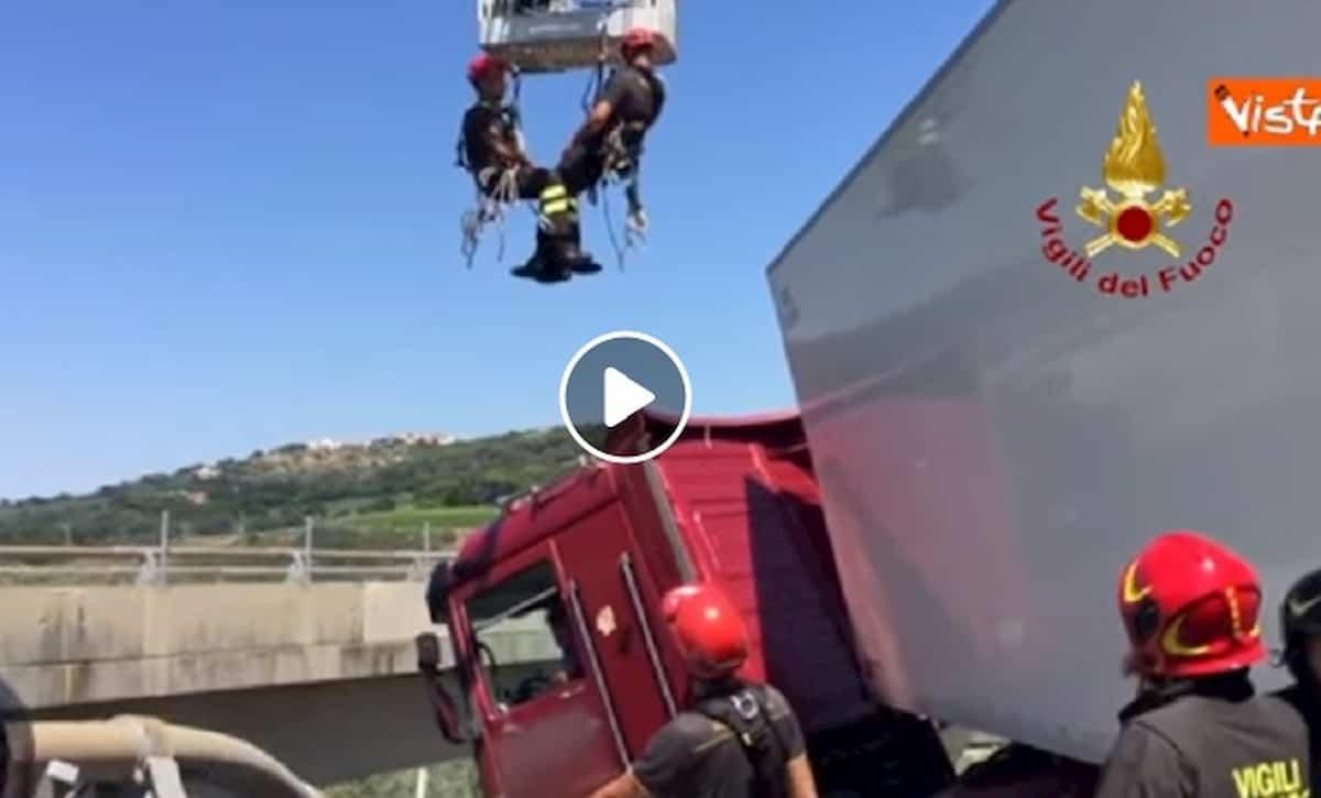 Autostrada A12, tir in bilico sul viadotto: il conducente salvato dai vigili del fuoco VIDEO