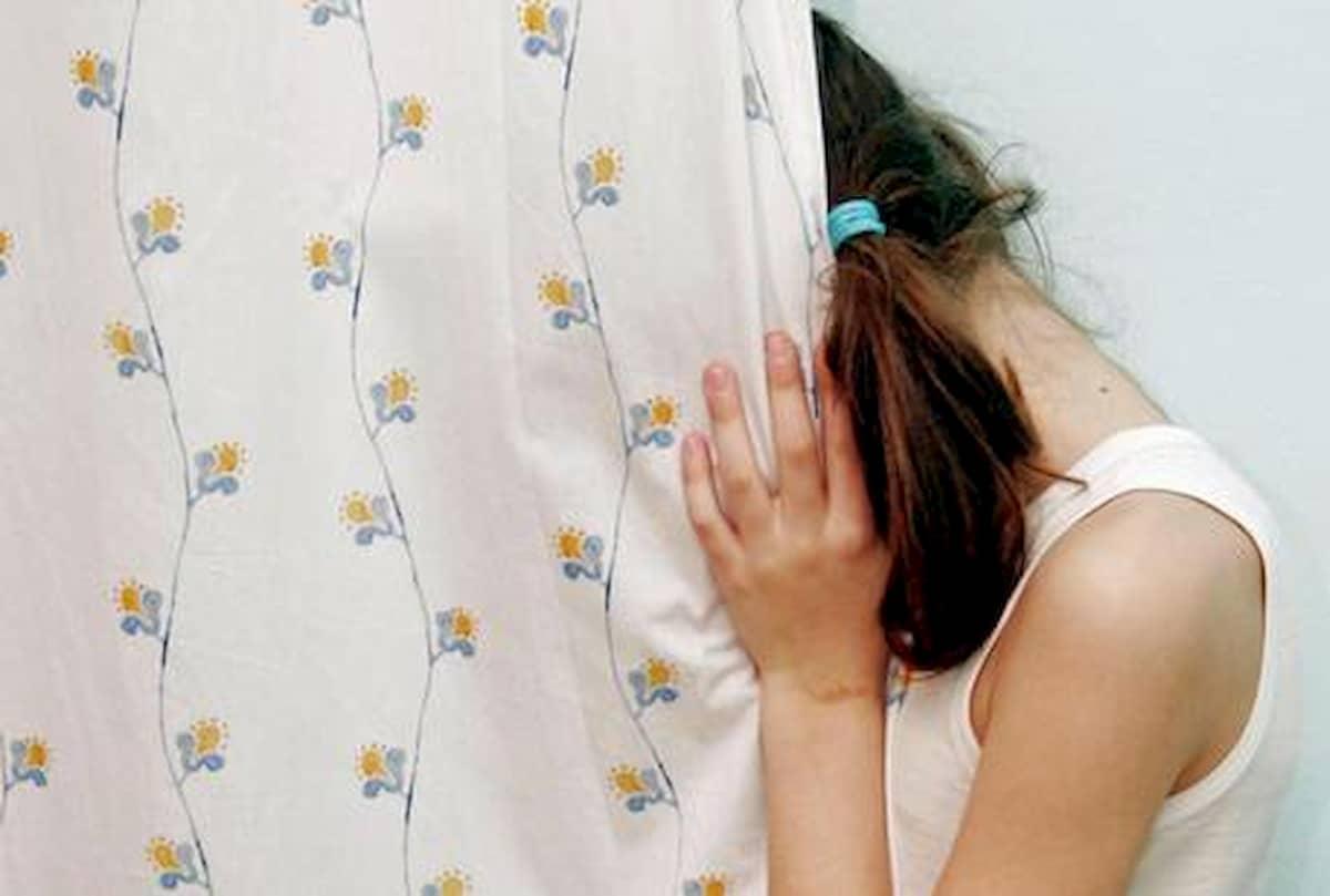 Abusata dal patrigno, la madre segnava sul calendario quando la figlia doveva concedersi