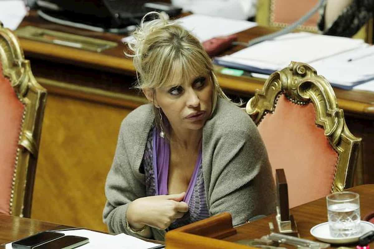 """Alessandra Mussolini: nello scatolone di Leroy Merlin un pupazzo a testa in giù e """"fascista di m..."""""""