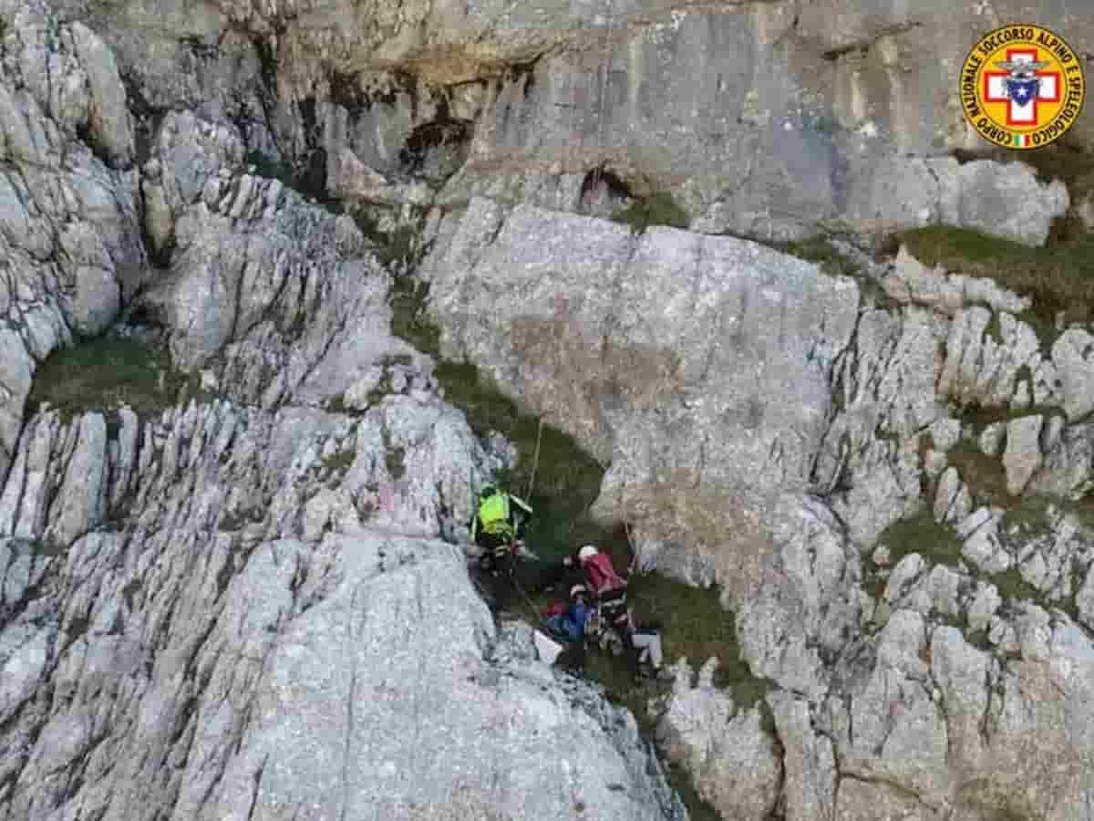 I soccorsi all'alpinista precipitato a Belluno mentre scalava una montagna