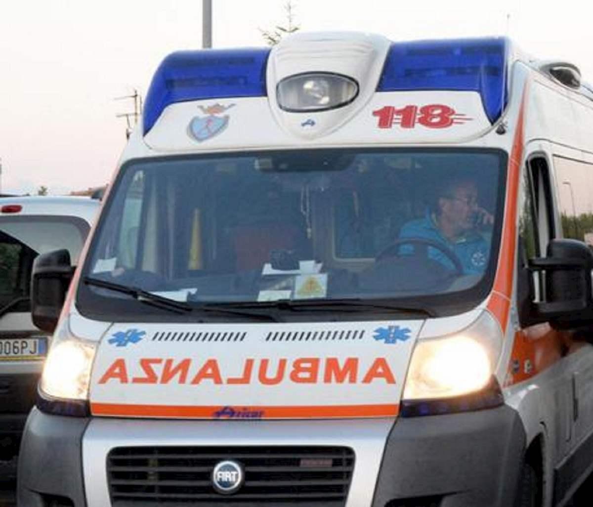 Un'ambulanza. La foto è dell'Ansa
