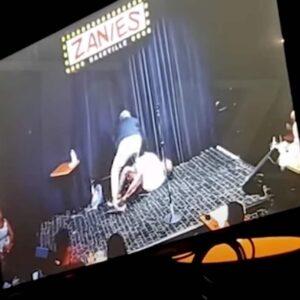 D. L. Hughley sviene sul palco durante uno show