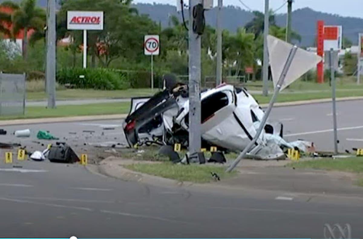 Rubano auto e si schiantano su un palo: morti quattro minorenni, alla guida un 14enne