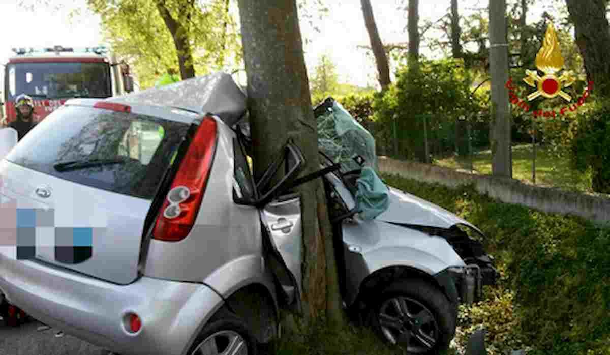 Maser, auto contro albero: Maria Grazia Marcon muore a 69 anni