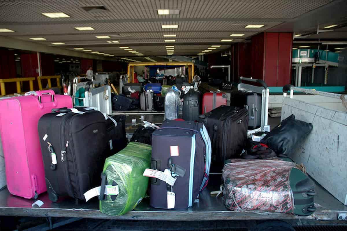 Frontiere aperte Ue, ripartono i voli: ma è caos bagagli a mano, Alitalia li vieta in cabina