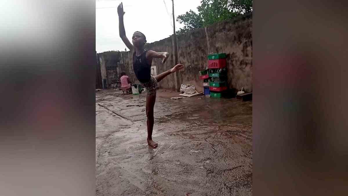 Nigeria, il bambino che balla scalzo sotto la pioggia
