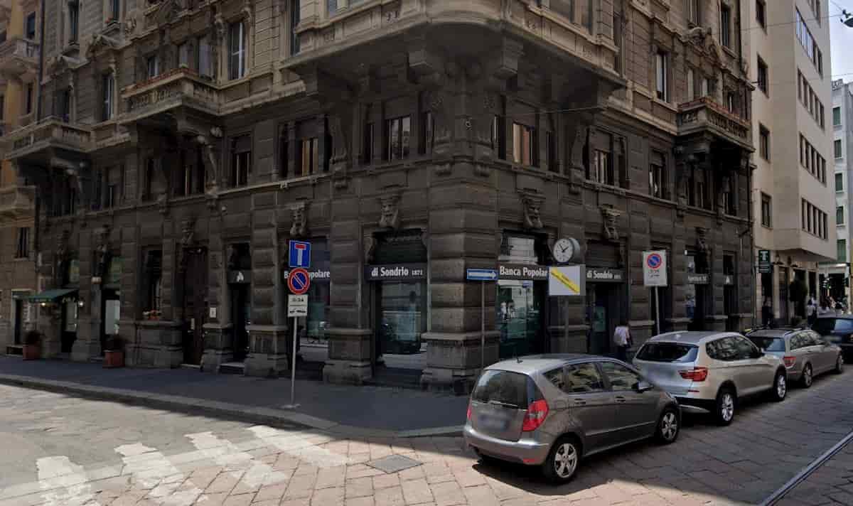 Milano, colpo in banca stile Casa di Carta: ostaggi chiusi in bagno