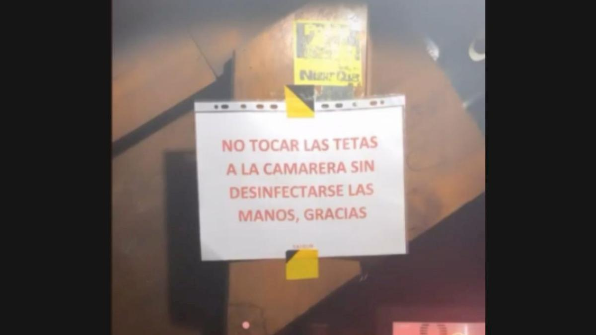 """""""Vietato toccare la cameriera senza igienizzare le mani"""". Il cartello del bar scatena la protesta"""