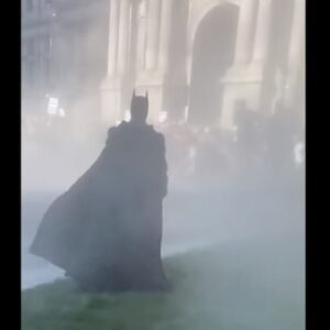 Guerriglia a Philadelphia, l'entrata in scena Batman tra i lacrimogeni e gli scontri VIDEO