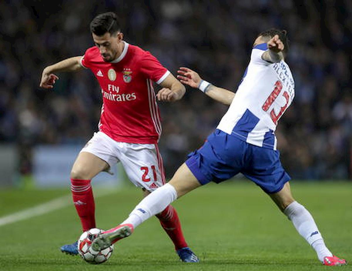 Follia a Lisbona, tifosi lanciano sassi contro il pullman del Benfica: feriti 2 calciatori