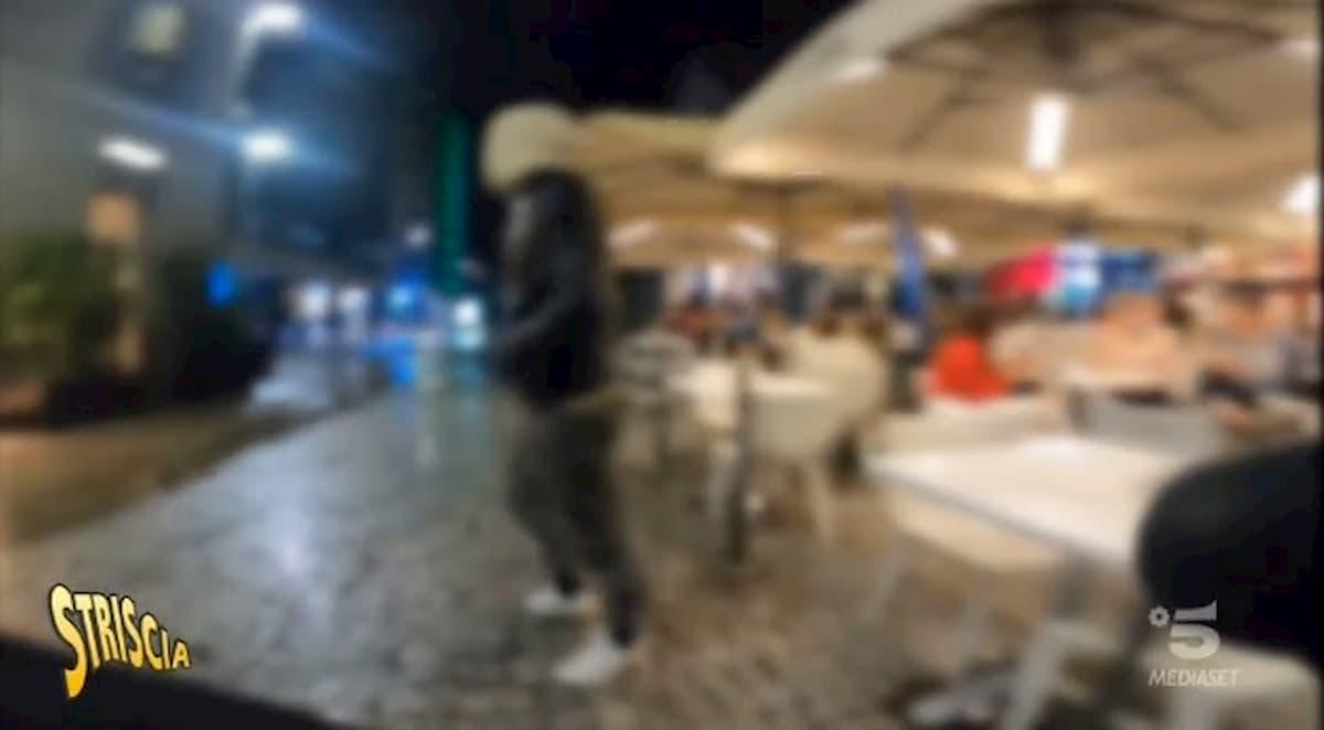 Vittorio Brumotti preso a calci e bottigliate da uno spacciatore in Corso Como a Milano
